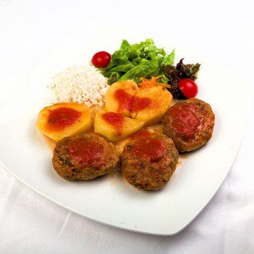 Тефтели с печёной картошкой и помидорным соусом