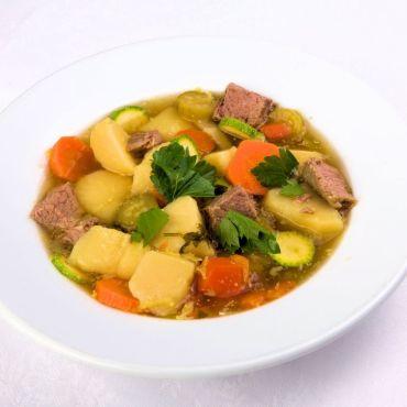 Богатый суп с говядиной и овощами.
